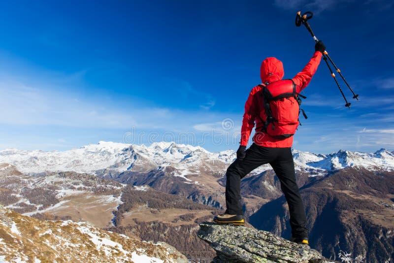 El caminante celebra la conquista de la cumbre Conceptos: victoria, foto de archivo