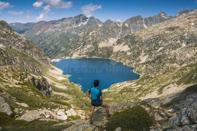 El caminante comtempla desde arriba de la montaña, lago Artouste, en los Pirineos franceses fotos de archivo libres de regalías