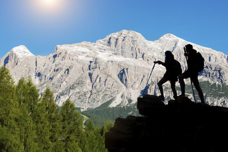 El caminante con las mochilas alcanza la cumbre del pico de montaña Éxito, libertad y felicidad, logro en montañas Deporte activo fotografía de archivo