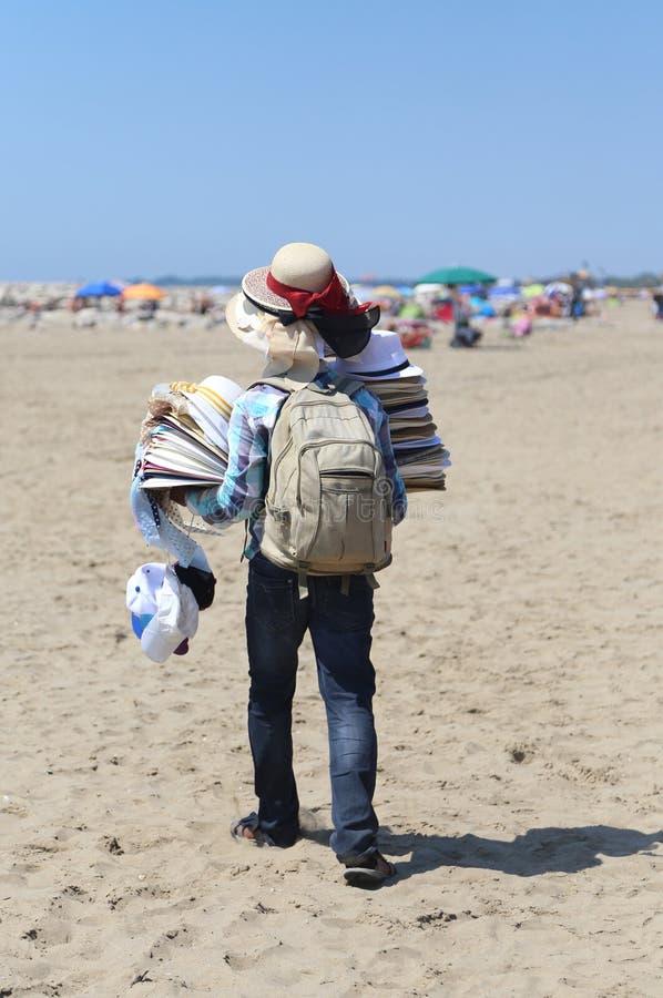 El caminante con muchos sombreros y complementos camina imagen de archivo