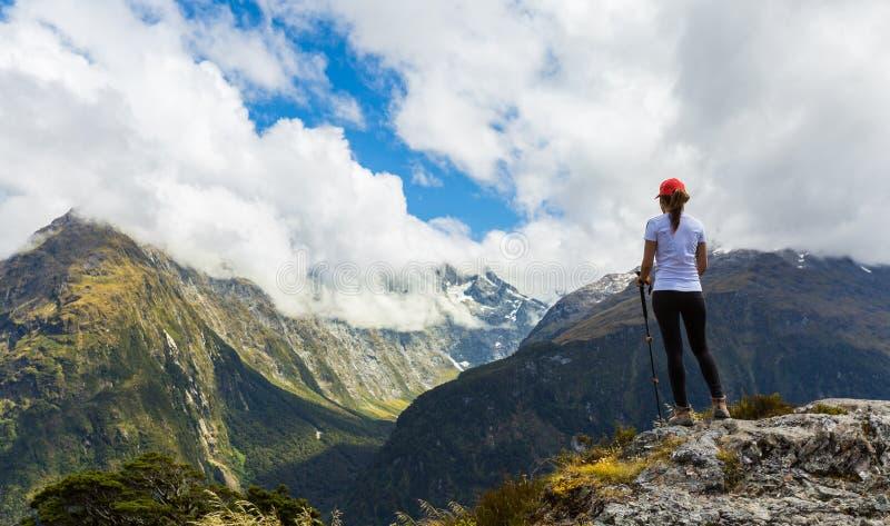 El caminante de la mujer disfruta de la vista de la cumbre dominante con Ailsa Mountain en fotos de archivo libres de regalías