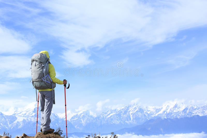 Download El Caminante De La Mujer En El Balanceo Hermoso Se Nubla El Pico De Montaña Foto de archivo - Imagen de confidente, petate: 64204014