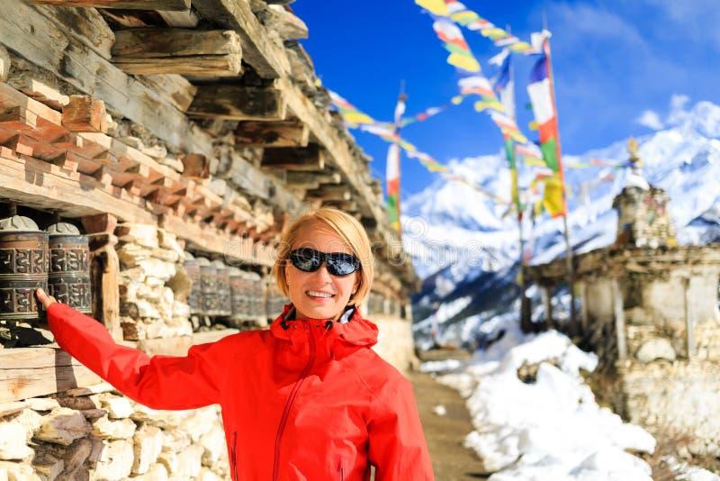 El caminante feliz y el rezo de la mujer ruedan adentro Nepal foto de archivo libre de regalías