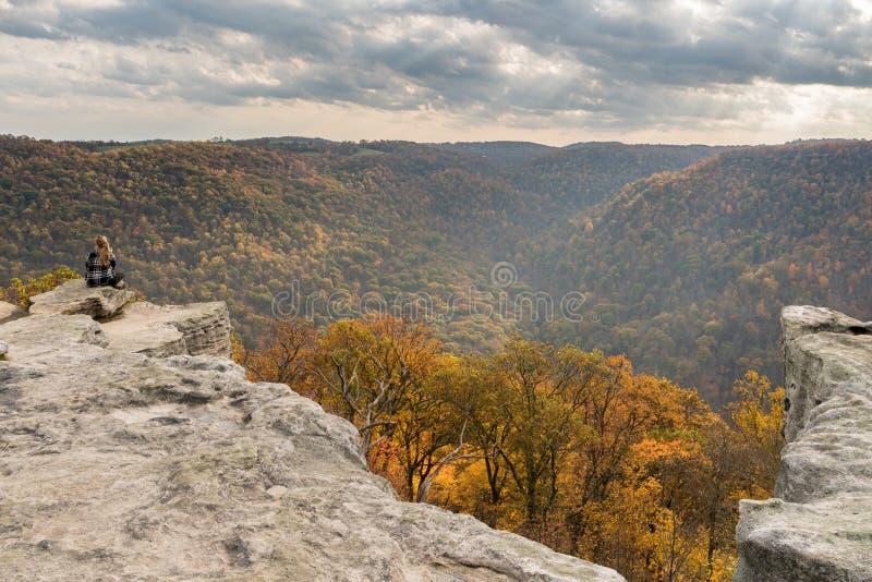 El caminante femenino pasa por alto el bosque en el parque de estado de la roca de los toneleros WV fotos de archivo