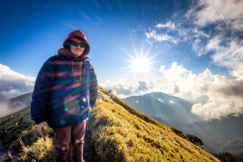 El caminante joven sube la montaña de Hehuanshan, Taiwán fotografía de archivo libre de regalías
