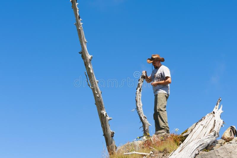 El caminante se coloca encima de pico del castillo imagenes de archivo