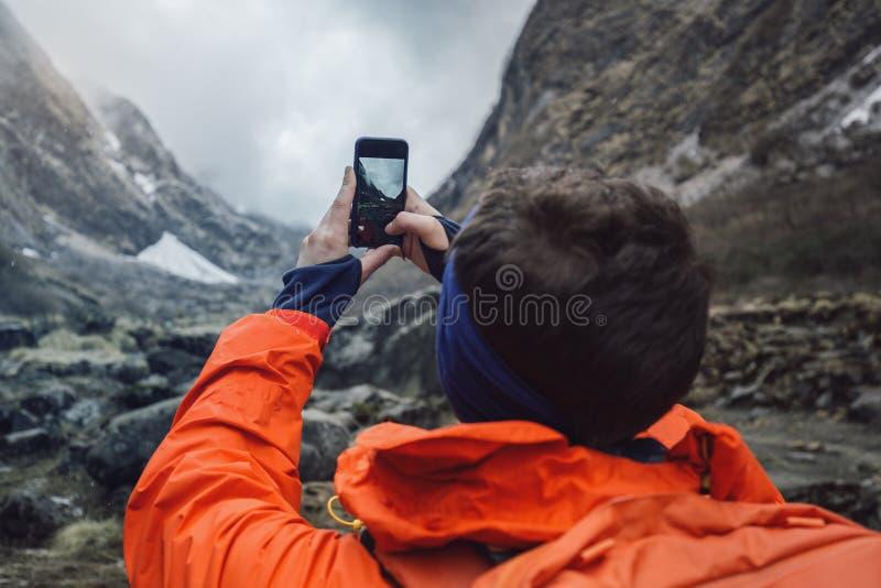 El caminante toma la foto fotografía de archivo libre de regalías