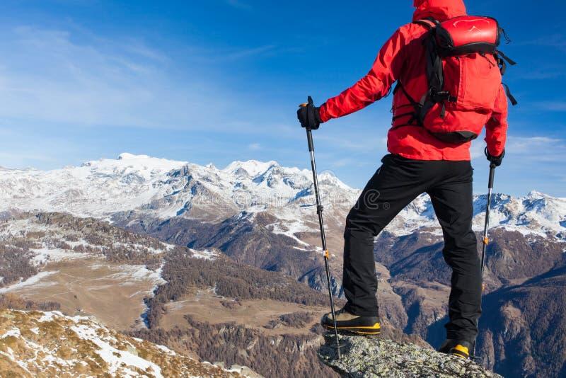 El caminante toma un resto que admira el paisaje de la montaña Día soleado, e imagenes de archivo