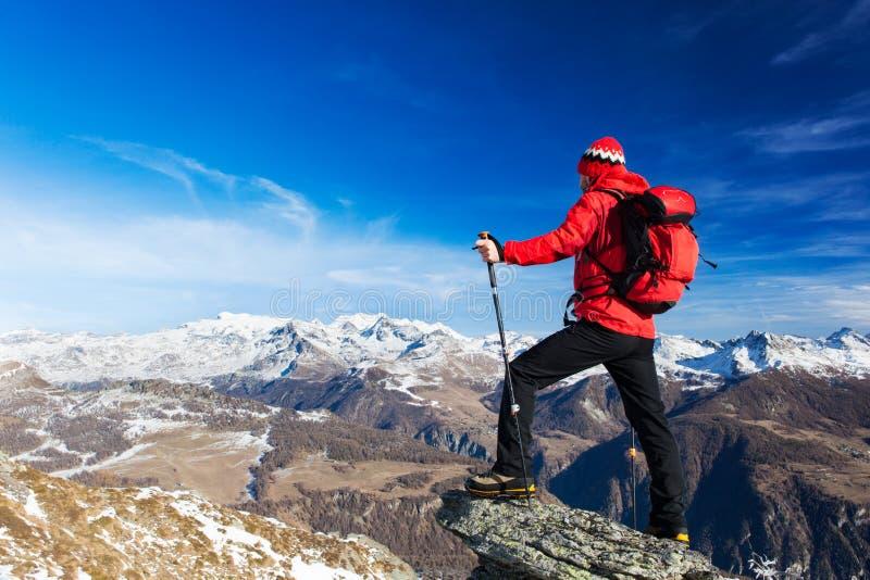 El caminante toma un resto que admira el paisaje de la montaña Monte Rosa M imagenes de archivo