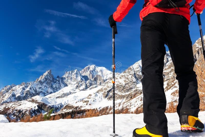 El caminante toma un resto que mira el panorama de Mont Blanc durante el fam imagenes de archivo