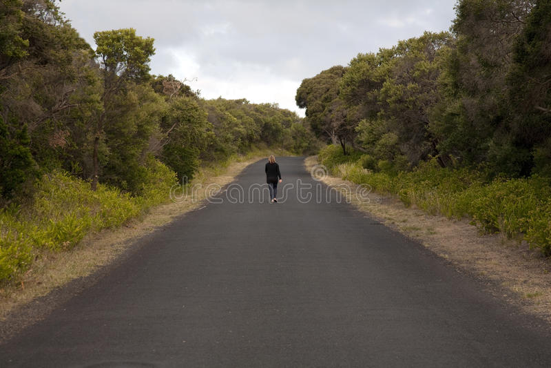 El caminar abajo del camino fotografía de archivo