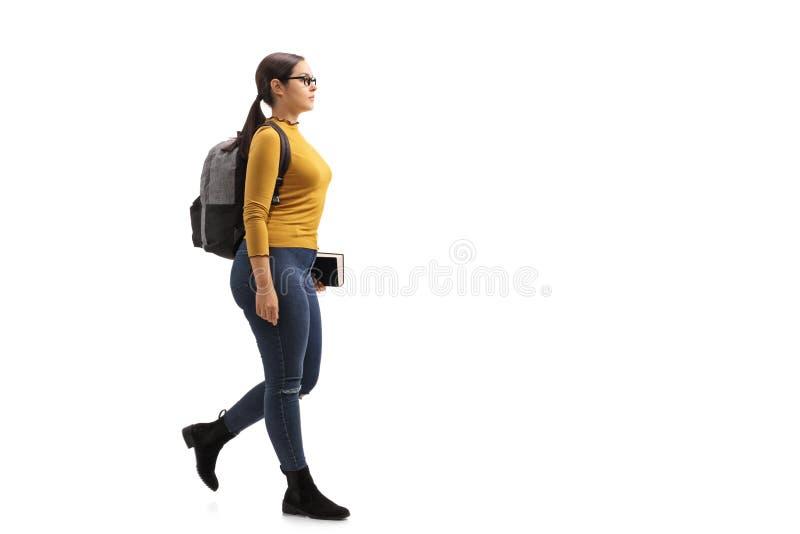 El caminar adolescente femenino del estudiante fotografía de archivo