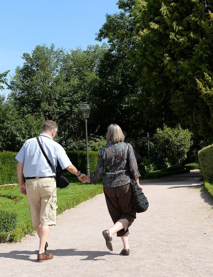El caminar adulto de los pares fotografía de archivo libre de regalías