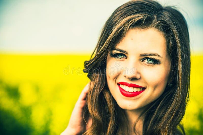 El caminar al aire libre de la muchacha bonita en el campo amarillo fotografía de archivo libre de regalías