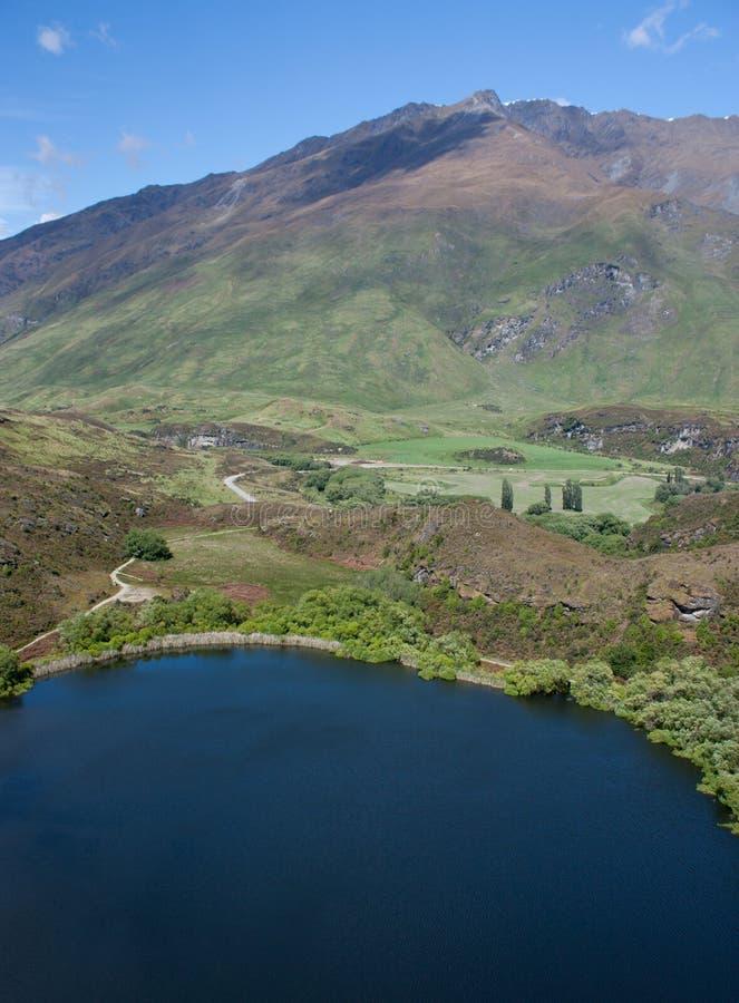 El caminar alrededor de Diamond Lake y de las colinas cerca de Wanaka en Nueva Zelanda fotografía de archivo