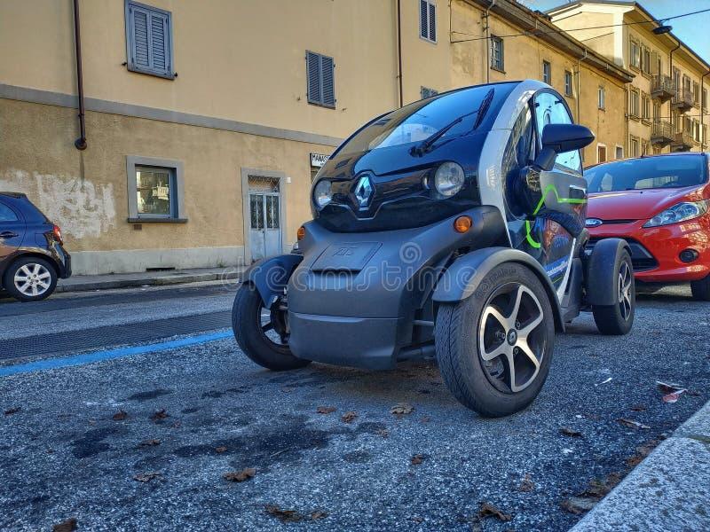 El caminar alrededor de Renault Twizy foto de archivo libre de regalías