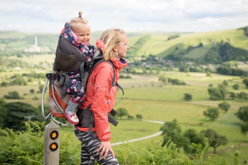 El caminar con el niño fotos de archivo