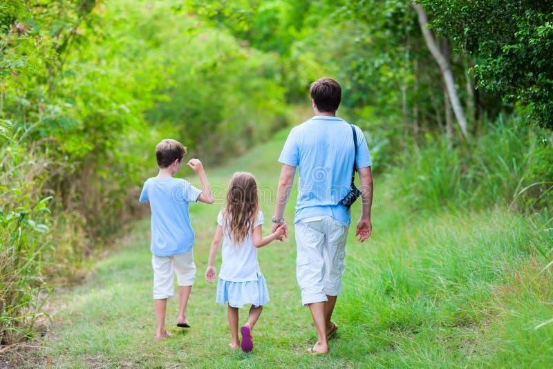 El caminar de la familia imagenes de archivo