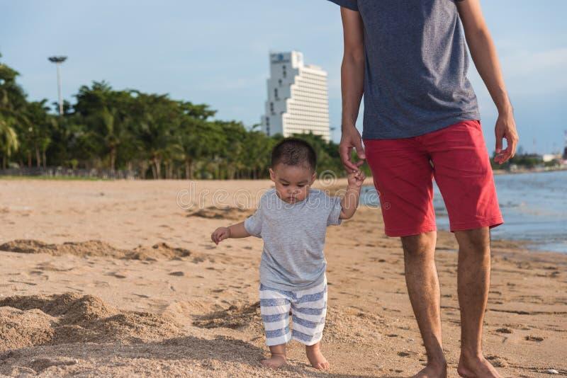 El caminar de la forma de vida del hijo del papá y del bebé del padre de la familia foto de archivo libre de regalías
