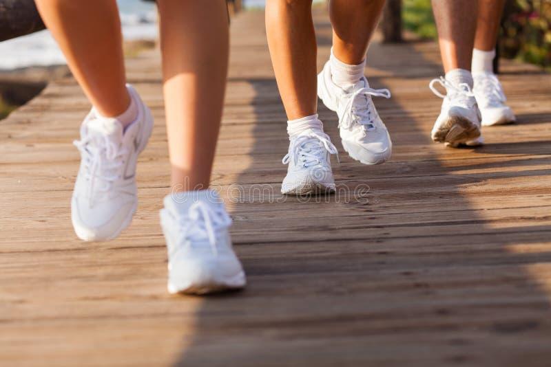 El caminar de la gente del grupo imagenes de archivo