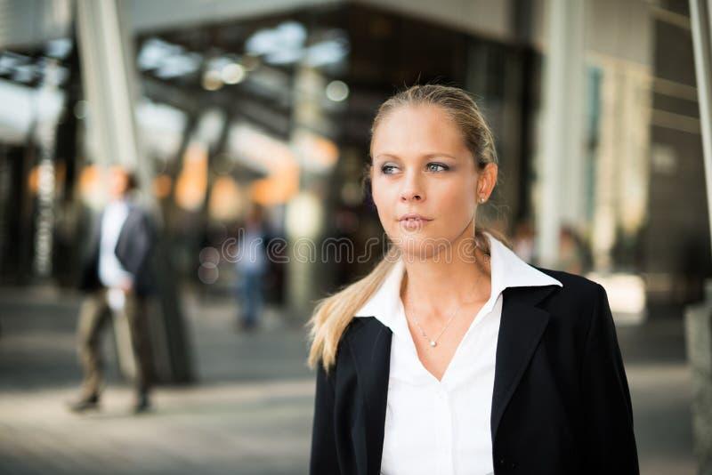 El caminar de la mujer de negocios al aire libre imagen de archivo