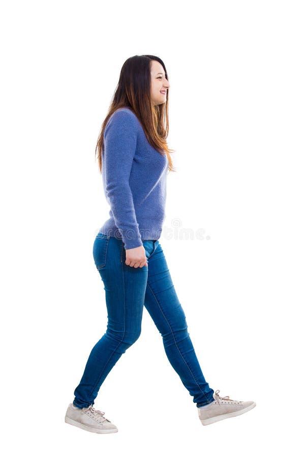 El caminar de la mujer de la vista lateral fotos de archivo libres de regalías