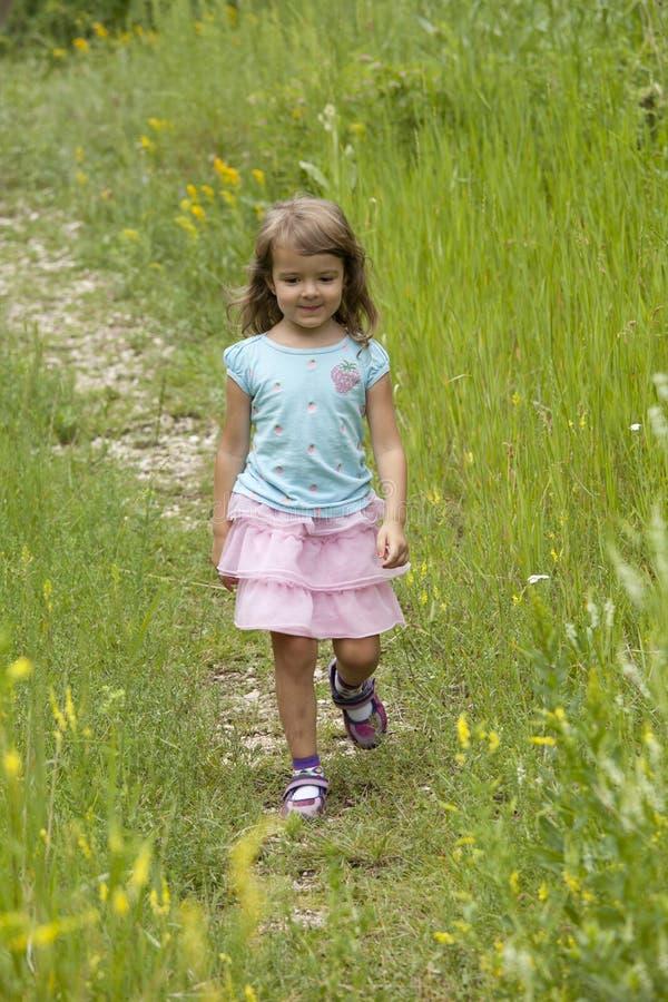 El caminar de la niña fotos de archivo
