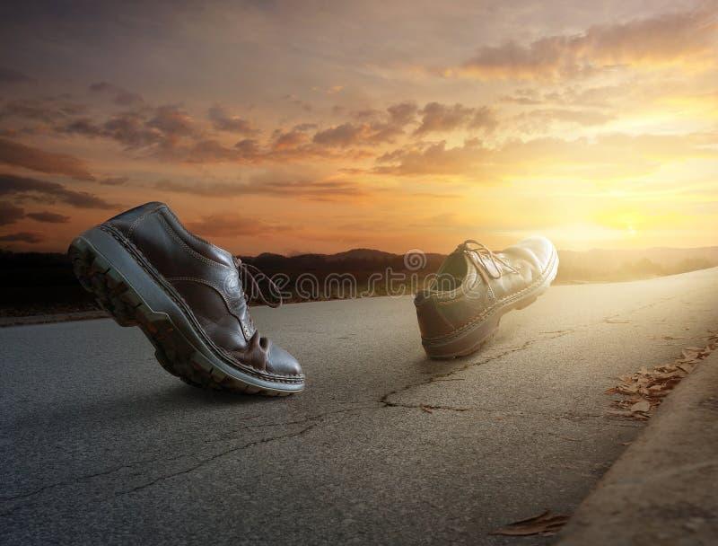 El caminar de las botas imagenes de archivo