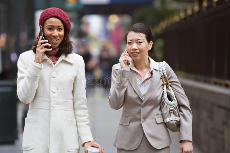 El caminar de las mujeres de negocios fotos de archivo libres de regalías