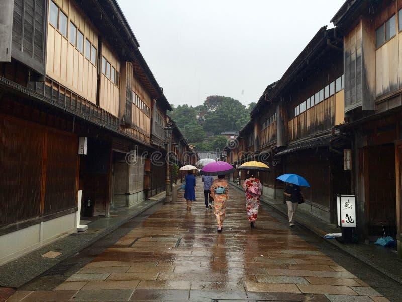 El caminar debajo de la lluvia fotografía de archivo