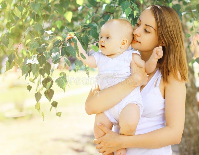 El caminar del bebé y de la madre del retrato foto de archivo