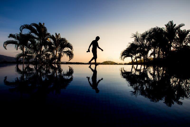 El caminar del fotógrafo de la silueta imagen de archivo