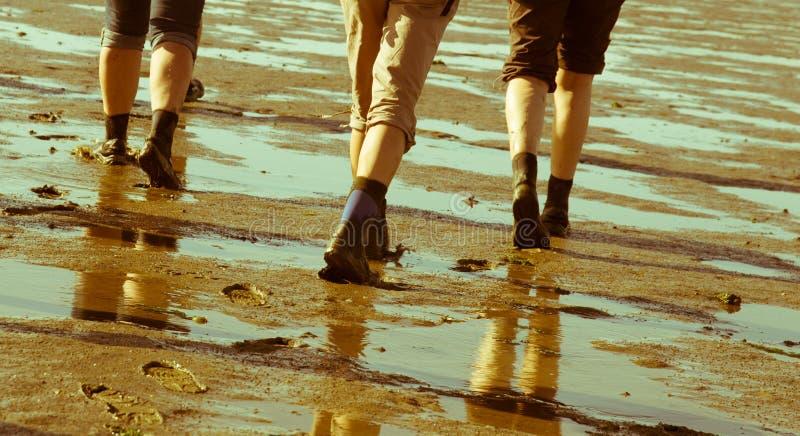 El caminar del plano de fango fotografía de archivo