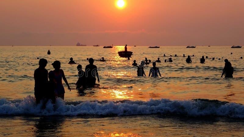 El caminar en el amanecer en el mar imagen de archivo libre de regalías