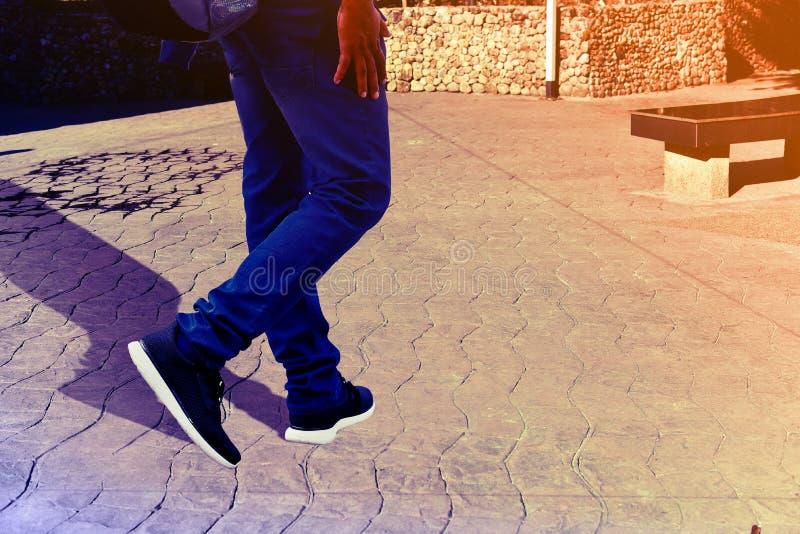 El caminar en baño de la calle o del pie imagen de archivo
