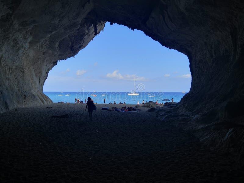 El caminar en Cala Luna Sardinia foto de archivo libre de regalías