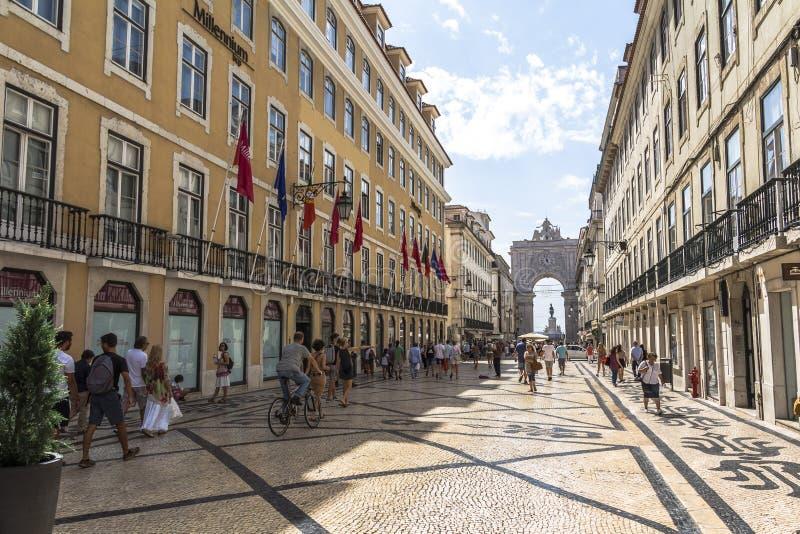 El caminar en calle central con la opinión sobre arco grande foto de archivo libre de regalías