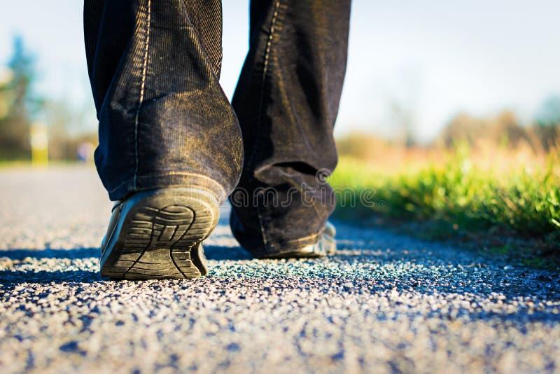 El caminar en el camino fotos de archivo