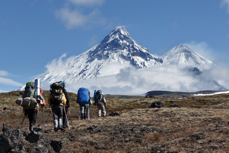 El caminar en Kamchatka: los viajeros van a las montañas imagenes de archivo