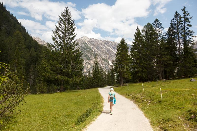 El caminar en las montañas foto de archivo