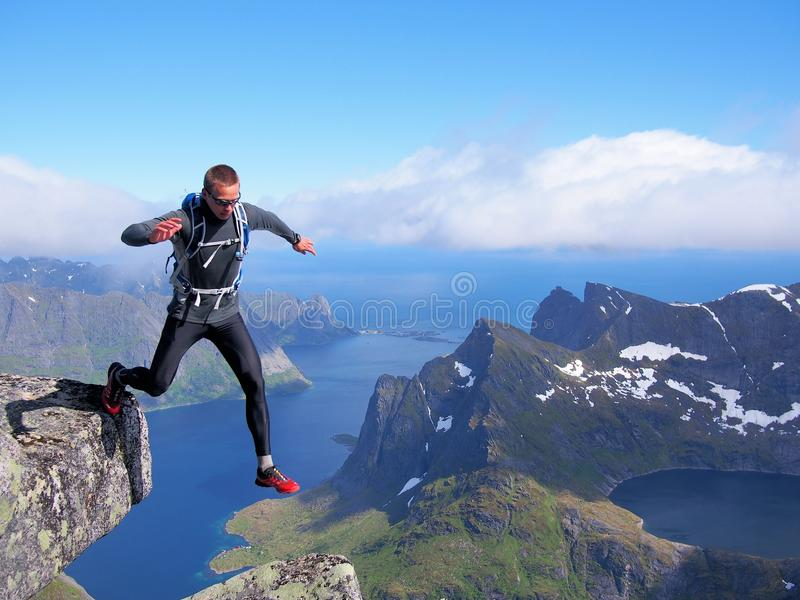 El caminar en las montañas de Lofoten Noruega imagenes de archivo