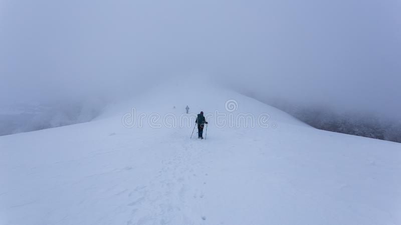 El caminar en las montañas en Rumania durante condiciones del invierno crudo imagenes de archivo