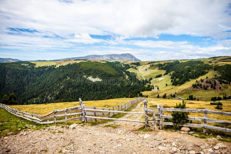El caminar en las montañas en una pequeña trayectoria imagenes de archivo
