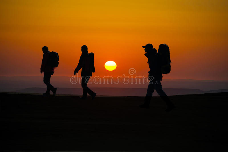 El caminar en los caminantes del sunglow imagen de archivo libre de regalías
