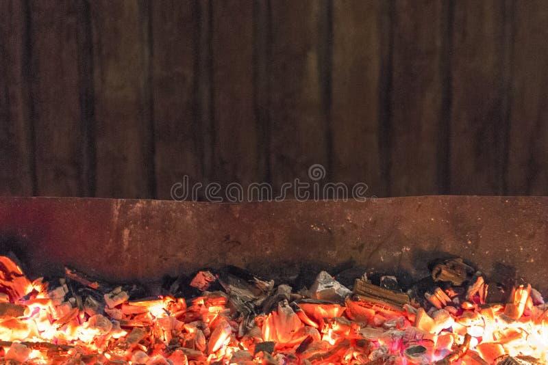 El caminar en los carbones calientes imagen de archivo libre de regalías