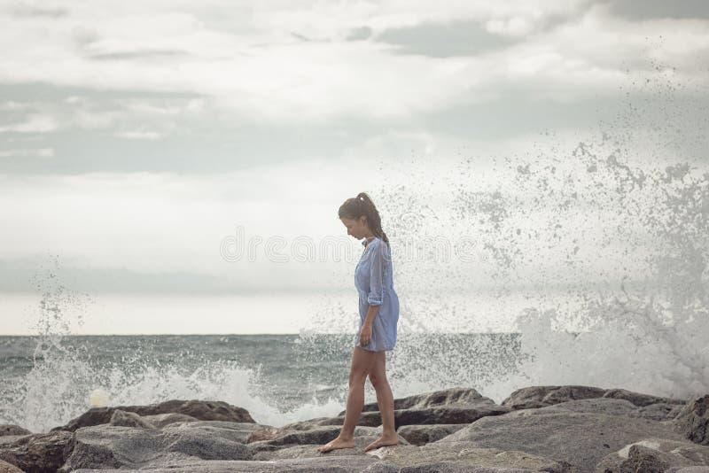 El caminar en orilla de mar foto de archivo