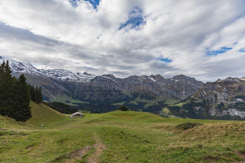 El caminar en el soporte Brunni en Engelberg en las montañas suizas imagen de archivo