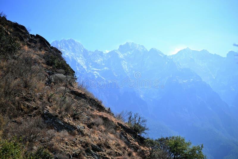 El caminar en Tiger Leaping Gorge Montañas y río Entre Xianggelila y Lijiang, provincia de Yunnan, Tíbet, China fotos de archivo libres de regalías
