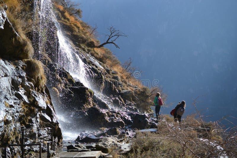 El caminar en Tiger Leaping Gorge Montañas y río Entre Xianggelila y Lijiang, provincia de Yunnan, Tíbet, China fotografía de archivo