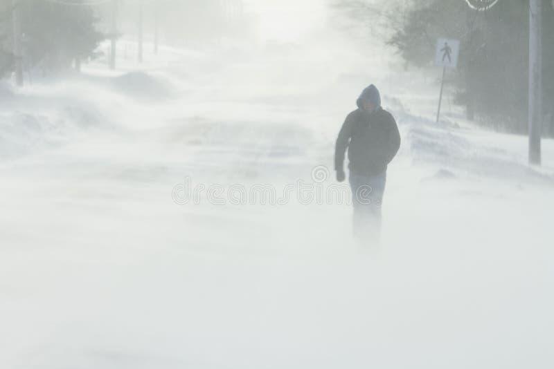El caminar en tormenta de la nieve imagenes de archivo